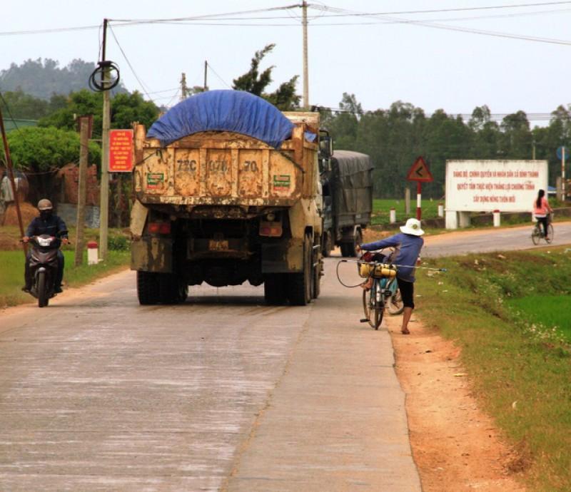 Vẫn còn tình trạng xe quá tải 'cày xới' trên các tuyến đê