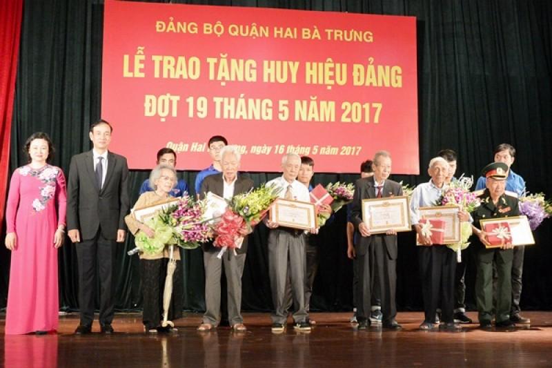 Phó Bí thư Thành ủy Đào Đức Toàn trao huy hiệu Đảng tại quận Hai Bà Trưng