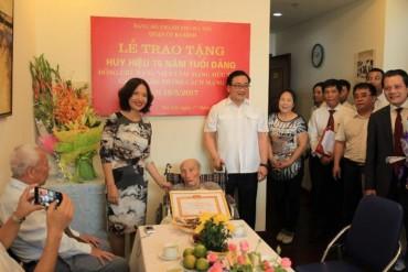 Bí thư Thành ủy Hoàng Trung Hải trao Huy hiệu 75 năm tuổi Đảng cho đồng chí Đặng Việt Lâm