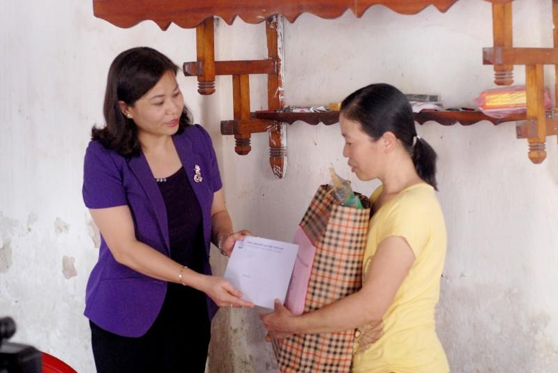 Chủ tịch LĐLĐ TP Hà Nội Nguyễn Thị Tuyến thăm công nhân bị tai nạn lao động