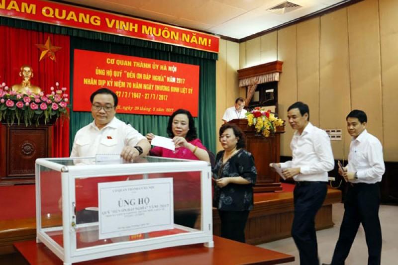 """Cơ quan Thành ủy Hà Nội ủng hộ Quỹ """"Đền ơn đáp nghĩa"""""""