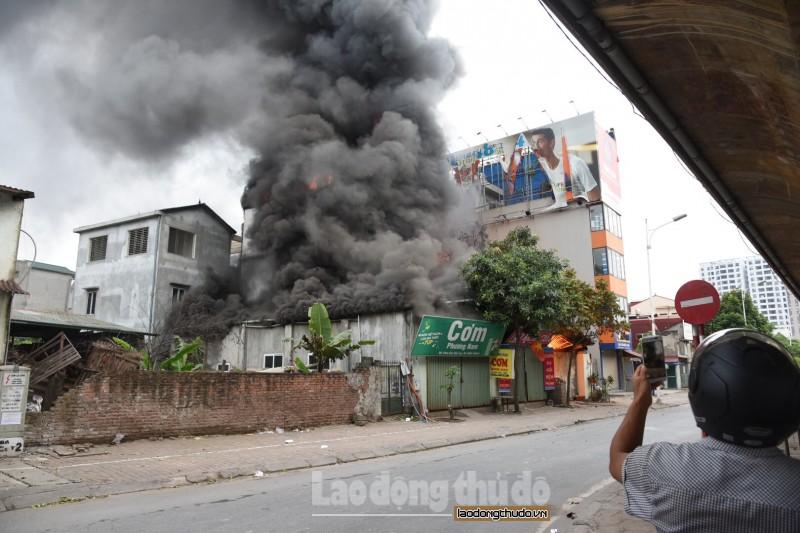 Cháy cửa hàng kinh doanh ga ở chân cầu Vĩnh Tuy