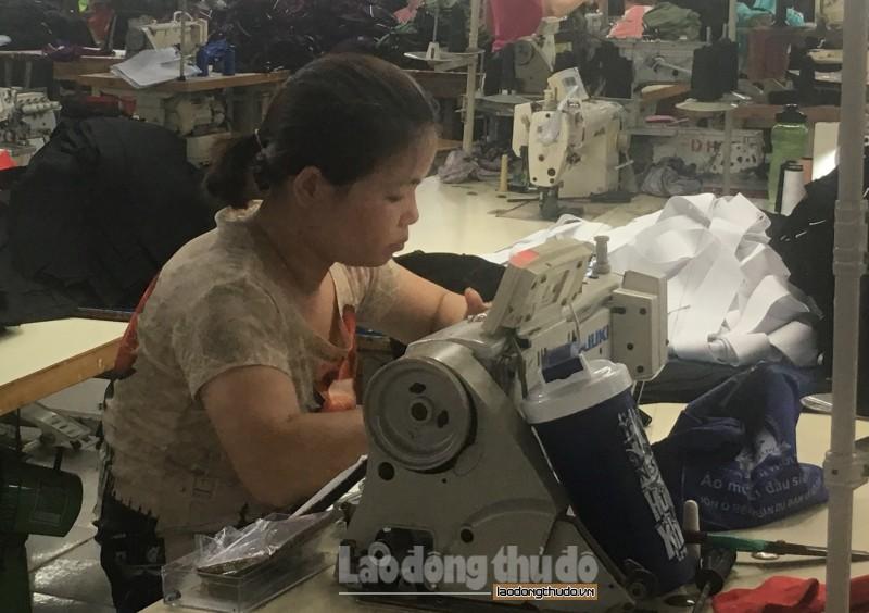 Nữ công nhân may truyền cảm hứng trong lao động
