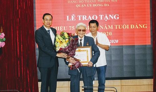 Phó Bí thư Thành ủy Đào Đức Toàn trao Huy hiệu Đảng tại quận Đống Đa