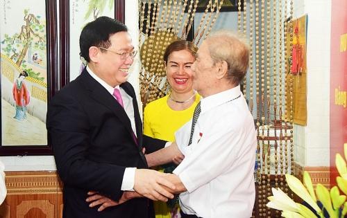 Bí thư Thành ủy Vương Đình Huệ trao Huy hiệu Đảng cho đồng chí Nguyễn Văn Thân