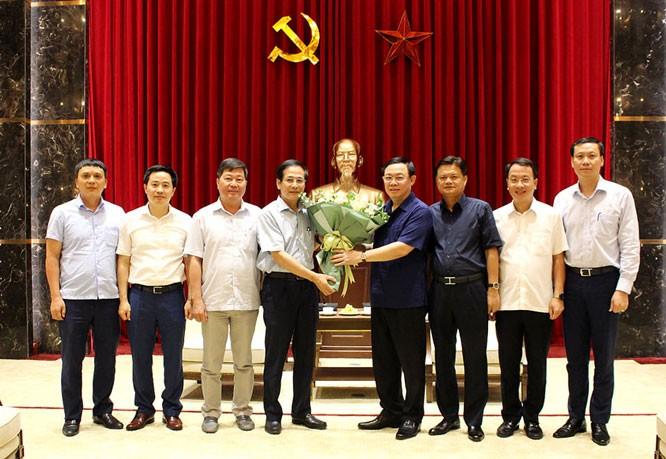 Bí thư Thành ủy Vương Đình Huệ trao quyết định nghỉ hưu cho đồng chí Nguyễn Quang Huy