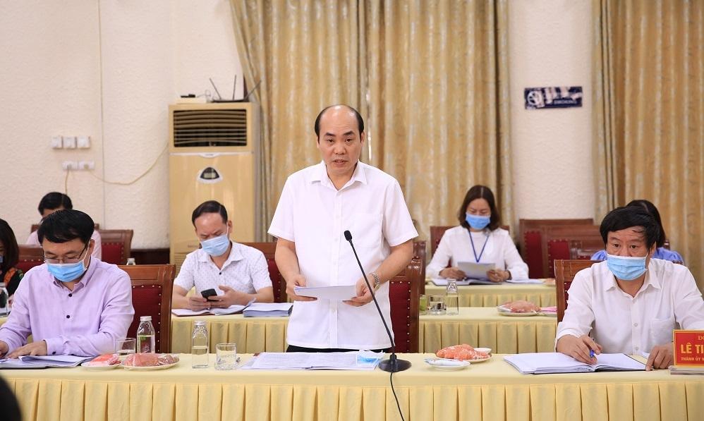 Phó Bí thư Thường trực Huyện ủy Thanh Trì Nguyễn Việt Phương báo cáo tại buổi kiểm tra. (Ảnh: Quang Thái)