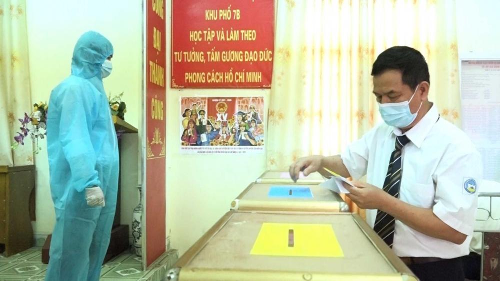 Tổ bầu cử sẽ mang hòm phiếu phụ, phiếu bầu đến tận nơi cách ly để cử tri thực hiện quyền bầu cử. (Ảnh minh họa)