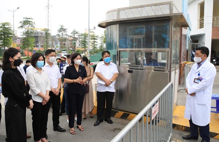 Phó Bí thư Thường trực Thành ủy Hà Nội Nguyễn Thị Tuyến đi kiểm tra công tác cách ly, phòng chống dịch Covid-19 và động viên cán bộ, y bác sĩ Bệnh viện K - cơ sở Tân Triều