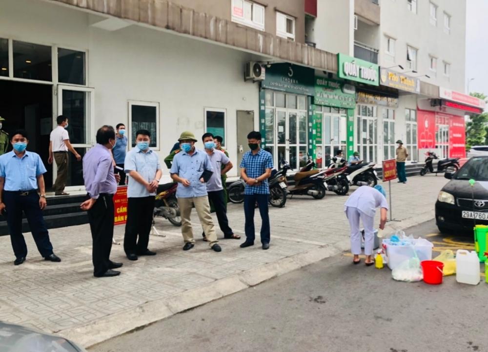 Bí thư Huyện ủy Thanh Oai Bùi Hoàng Phan kiểm tra chốt phòng, chống Covid-19 tại khu đô thị Thanh Hà. (Ảnh: Hải Ly)