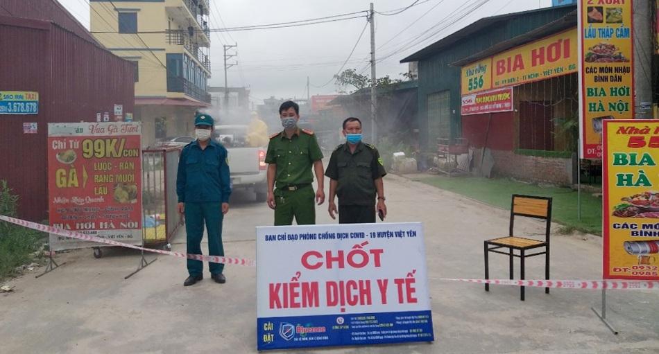 Lực lượng chức năng huyện Việt Yên và thị trấn Nếnh đã lập chốt, kiểm soát và phun thuốc khử khuẩn toàn bộ khu vực có công nhân mắc Covid-19