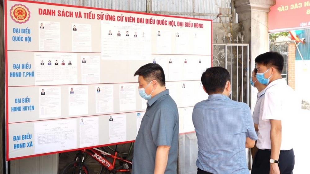 Lãnh đạo huyện Thanh Oai kiểm tra công tác chuẩn bị bầu cử tại xã Tân Ước. (Ảnh: Hải Ly)