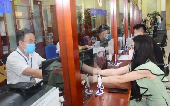 Tiếp nhận hồ sơ, giải quyết thủ tục hành chính cho người dân tại bộ phận Một cửa quận Nam Từ Liêm. (Ảnh: Nguyễn Thành)