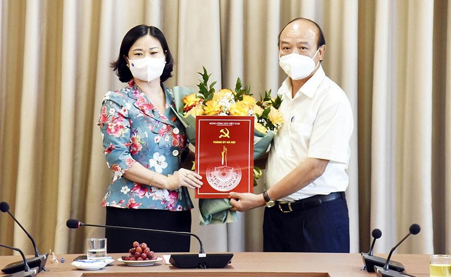Đồng chí Nguyễn Đức Vinh nhận quyết định nghỉ hưu