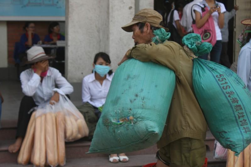 Người Hà Nội vật lộn với nắng nóng thiêu đốt đầu mùa