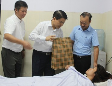 Chủ tịch UBND TP Hà Nội thăm nữ công nhân môi trường bị hành hung