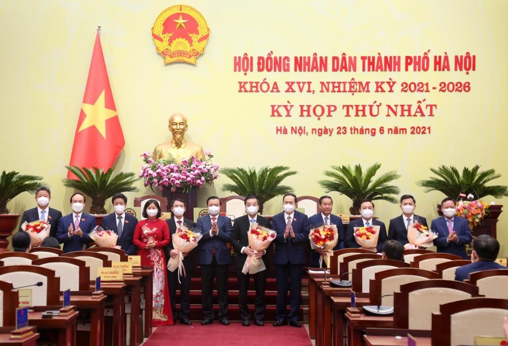 Lãnh đạo Quốc hội và Thành ủy Hà Nội chúc mừng các đồng chí trúng cử Chủ tịch, Phó Chủ tịch Ủy ban nhân dân thành phố Hà Nội khóa XVI. (Ảnh: Lê Hải)