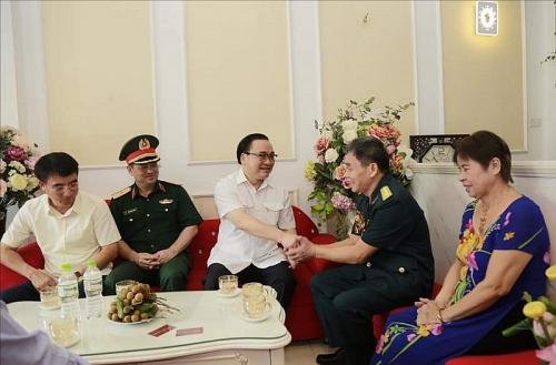 Bí thư Thành ủy Hoàng Trung Hải thăm, tặng quà gia đình người có công