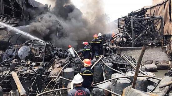 Ứng phó sự cố về môi trường sau vụ cháy khu cảng Đức Giang