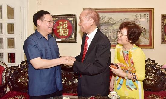 Bí thư Thành ủy Vương Đình Huệ thăm các gia đình thương binh, liệt sĩ