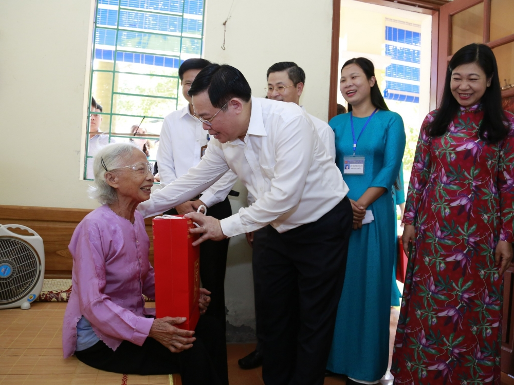 Bí thư Thành ủy Vương Đình Huệ tặng quà tri ân người có công