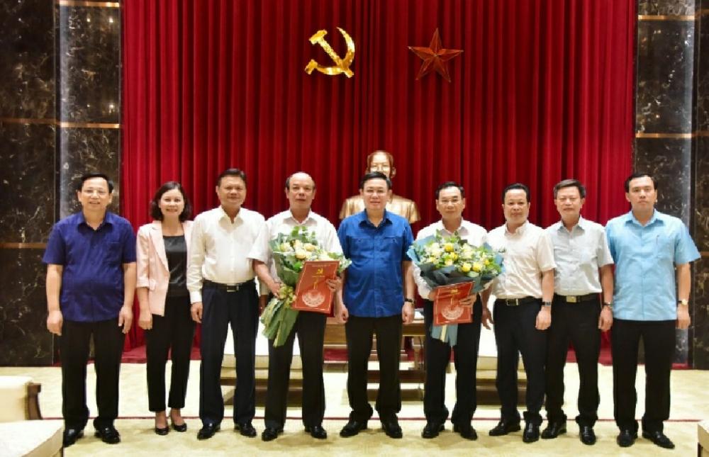 Bí thư Thành ủy Vương Đình Huệ trao quyết định nghỉ hưu cho hai Thành ủy viên