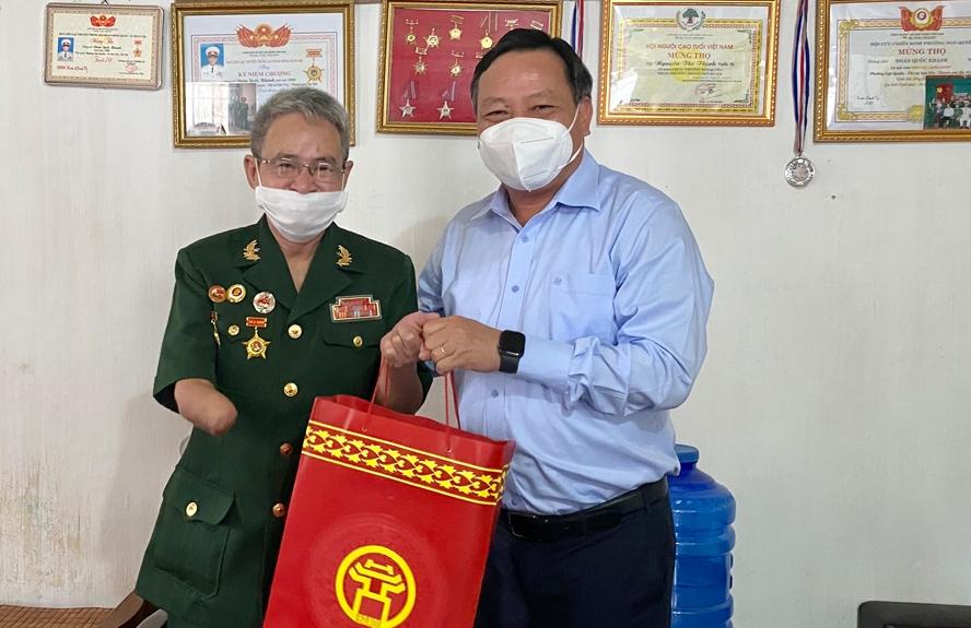 Phó Bí thư Thành ủy Nguyễn Văn Phong thăm, tặng quà gia đình chính sách