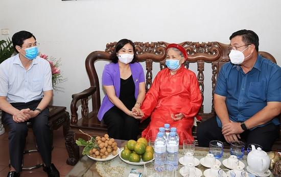 Phó Bí thư Thường trực Thành ủy Hà Nội thăm, tặng quà gia đình thương binh, liệt sĩ