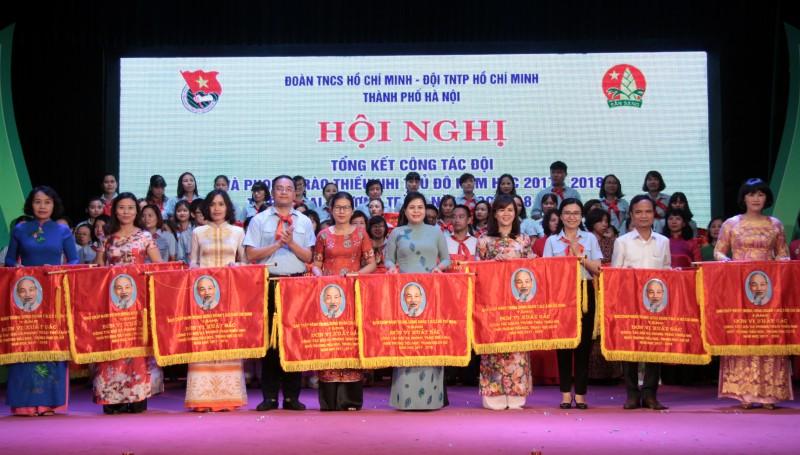 Hội đồng Đội Thành phố Hà Nội nhận cờ thi đua xuất sắc