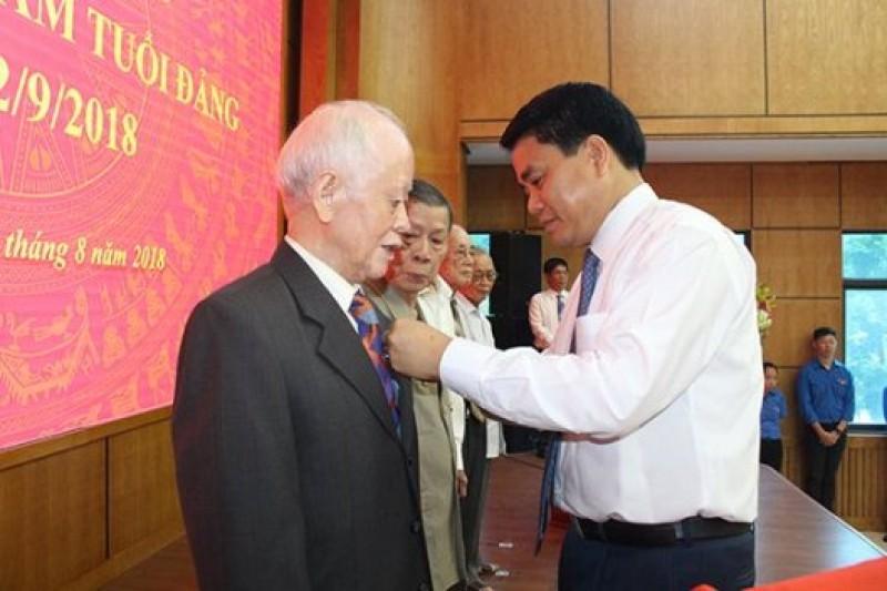 Quận Ba Đình: 51 đồng chí được tặng Huy hiệu 70 năm tuổi Đảng