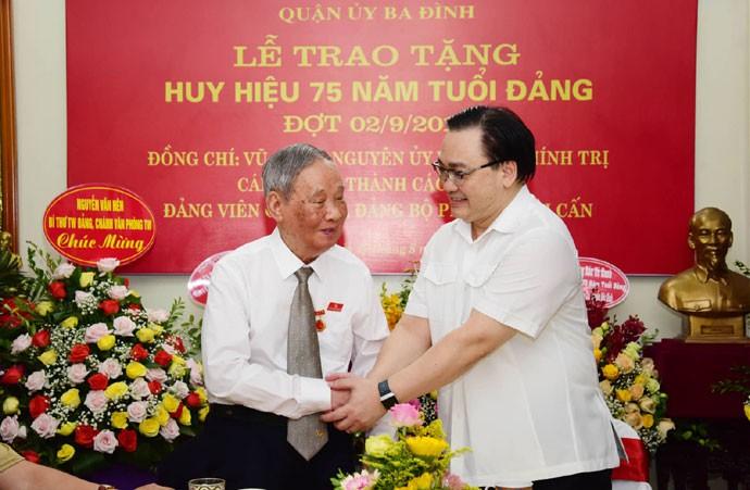 Bí thư Thành ủy Hà Nội Hoàng Trung Hải trao Huy hiệu 75 năm tuổi Đảng cho các đảng viên lão thành