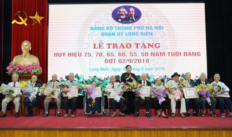Phó Bí thư Thành ủy Nguyễn Thị Bích Ngọc trao Huy hiệu Đảng tại quận Long Biên
