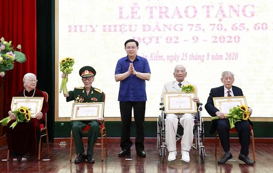Bí thư Thành ủy Vương Đình Huệ trao Huy hiệu Đảng tại quận Hoàn Kiếm