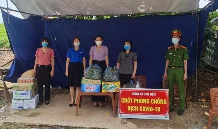 Thanh Oai: Tặng quà động viên các chốt kiểm dịch trên địa bàn huyện