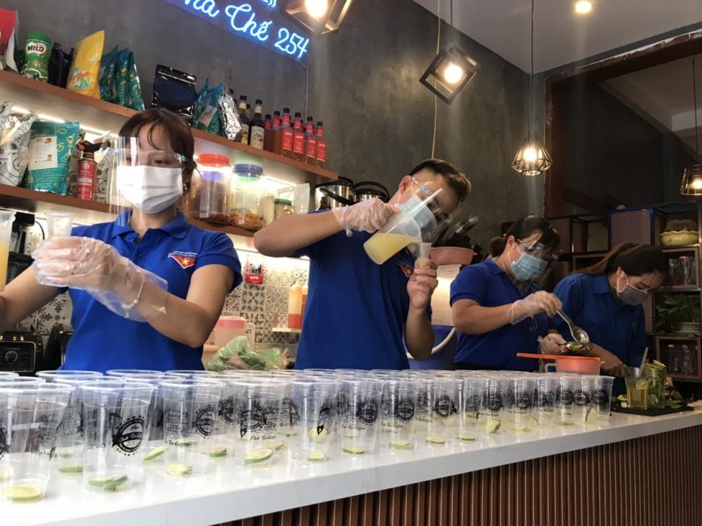 """Tuổi trẻ Thanh Oai pha trà chanh, cà phê """"tiếp sức"""" tuyến đầu chống dịch"""