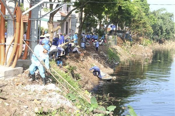 Huyện Gia Lâm ra quân vệ sinh môi trường sông Cầu Bây