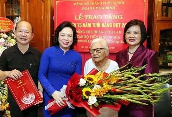 Hà Nội trao Huy hiệu 75 năm tuổi Đảng cho đồng chí Hoàng Thị Lam