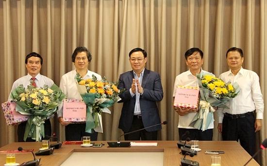 Bí thư Thành ủy Vương Đình Huệ trao quyết định nghỉ hưu cho 3 Thành ủy viên