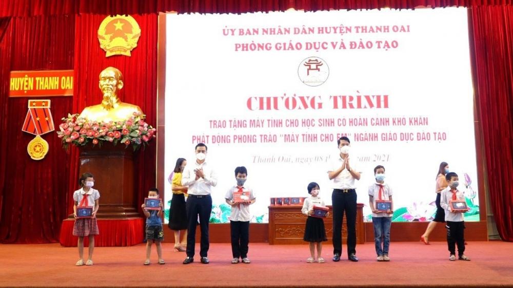 Huyện Thanh Oai tặng máy tính bảng cho học sinh có hoàn cảnh khó khăn
