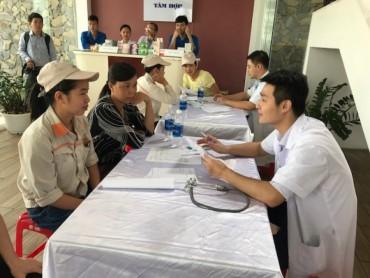 Công nhân khu công nghiệp Nội Bài được khám bệnh, phát thuốc miễn phí