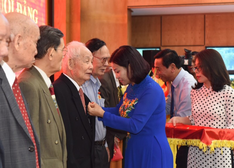 Quận ủy Ba Đình tổ chức Lễ trao Huy hiệu 70 năm tuổi Đảng cho các đảng viên