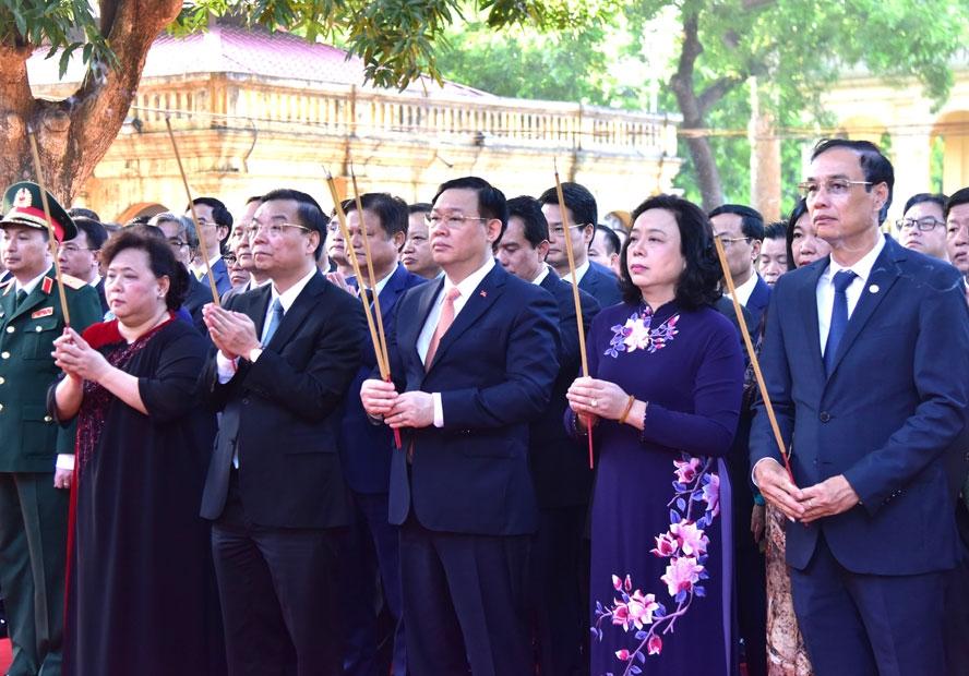 Đoàn đại biểu thành phố Hà Nội dâng hương tưởng niệm các vị liệt tổ, liệt tông, Chủ tịch Hồ Chí Minh và các Anh hùng liệt sĩ