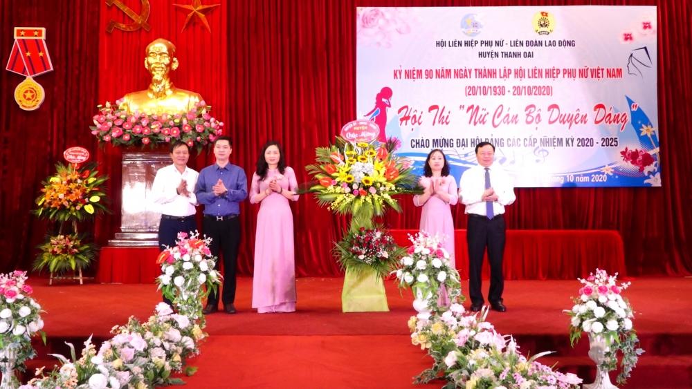 Lãnh đạo huyện Thanh Oai tặng hoa chúc mừng Ban Tổ chức hội thi