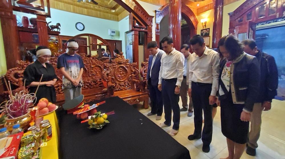 Lãnh đạo Liên đoàn Lao động thành phố Hà Nội thăm và động viên gia đình liệt sĩ Nguyễn Hữu Hùng
