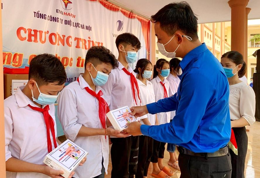Trao tặng thiết bị học tập cho thiếu nhi huyện Ba Vì