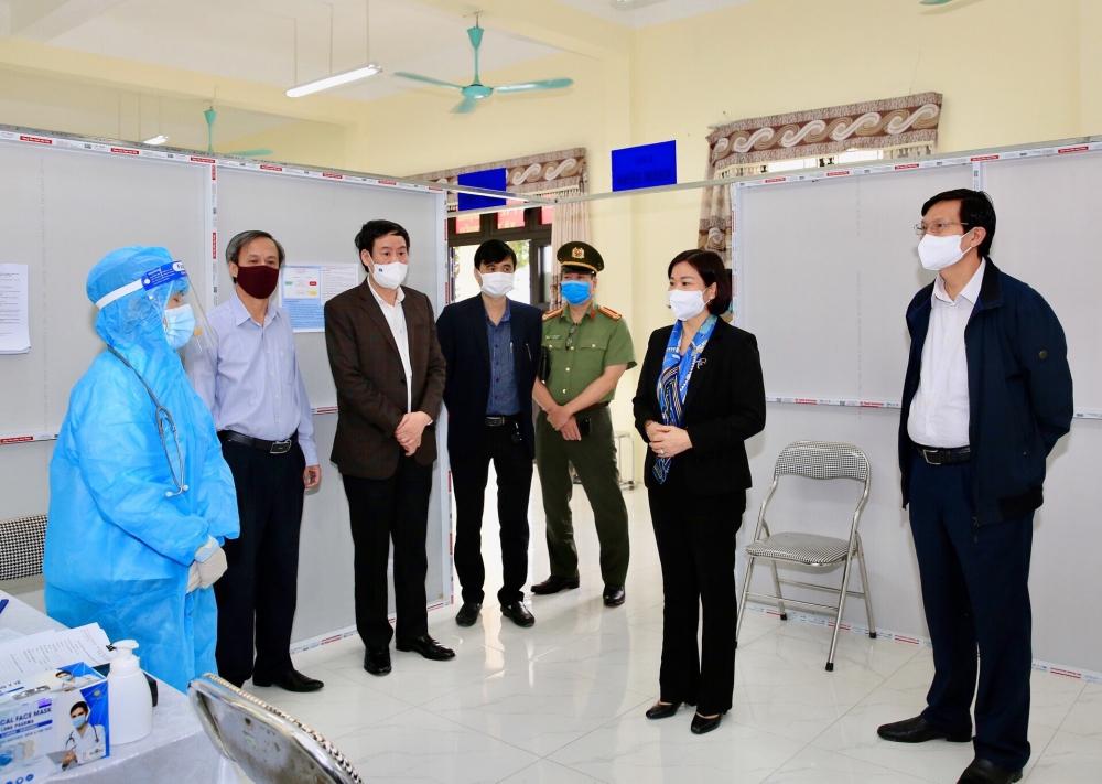 Phó Bí thư Thường trực Thành ủy Hà Nội kiểm tra việc thiết lập Trạm y tế lưu động