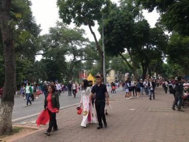 Hơn 2 vạn người tham quan phố đi bộ mỗi ngày
