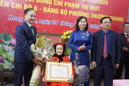 Phó Bí thư Thường trực Thành ủy Nguyễn Thị Tuyến trao Huy hiệu Đảng cho đồng chí Phạm Thị Mứt