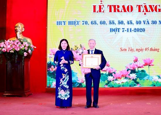 Phó Bí thư Thường trực Thành ủy Hà Nội trao Huy hiệu Đảng tại thị xã Sơn Tây