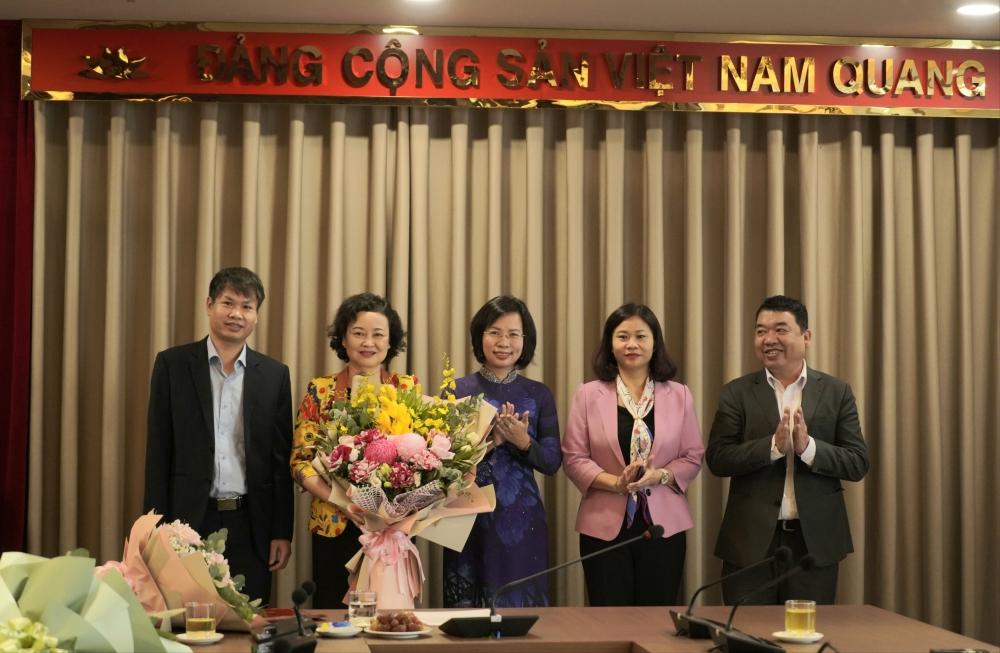 Lãnh đạo Ban Tuyên giáo Thành ủy Hà Nội tặng hoa chúc mừng đồng chí Đinh Thị Lan Duyên